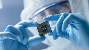 Forscher entwickeln an neuem Chip©iStock.com/gorodenkoff