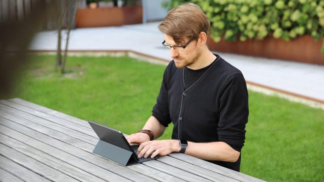 Redakteur arbeitet am iPad 10.2.©COMPUTER BILD