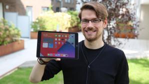 Redakteur h�lt das iPad 10.2 in die Kamera.©COMPUTER BILD