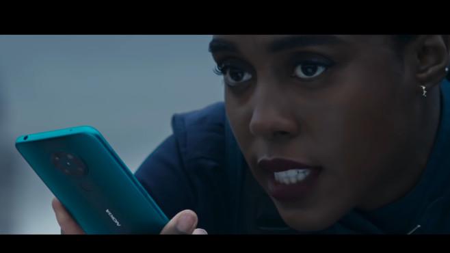 Lashana Lynch mit Nokia 8.3 im James-Bond-Film©HMD Global / Screenshot: COMPUTER BILD