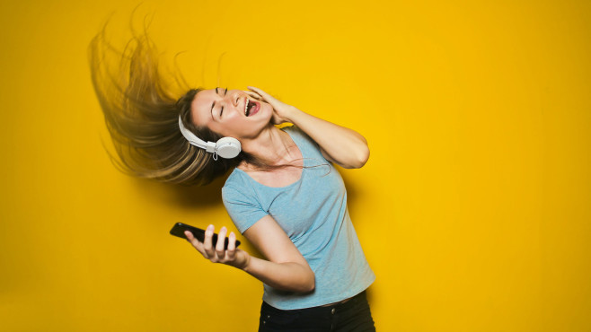 Frau mit Kopfhörern©pexels.com/ Andrea Piacquadio
