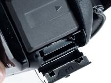 Die SD-Speicherkarten schieben Sie in den gut zugänglichen Schlitz unterhalb des Akkus.