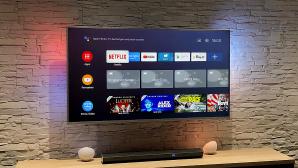 Philips PUS8505 im Test: Zu den Besonderheiten des Fernsehers gehört das bunt leuchtende Ambilight – auch wenn es im Bild bei Tageslicht weniger auffällt.©COMPUTER BILD