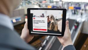 Mann mit Tablet im Bahnhof©Deutsche Bahn