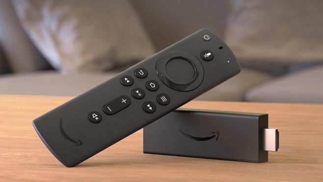 Amazon Fire TV Stick und Sprachfernebedienung liegen auf einem Tisch©Amazon