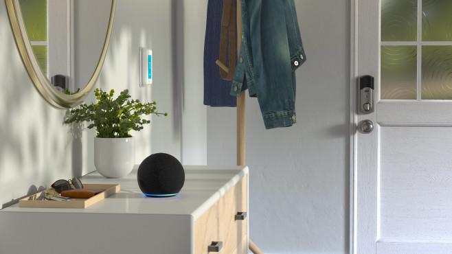 Amazons neuer Echo Dot steht auf einer Komode.©Amazon