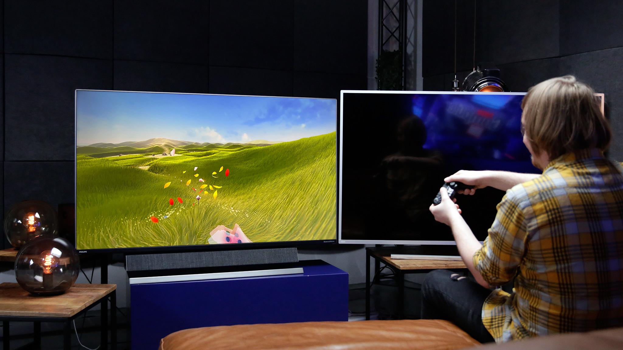 Philips Momentum 558M1 im Test gegen den Fernseher Philips 58PUS8505 (rechts im Bild): Beim Gaming lag der Monitor klar vorne.©COMPUTER BILD