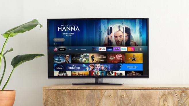 Die Fire-TV-Oberfläche auf einem Fernseher, der auf einem Schrank steht.©Amazon