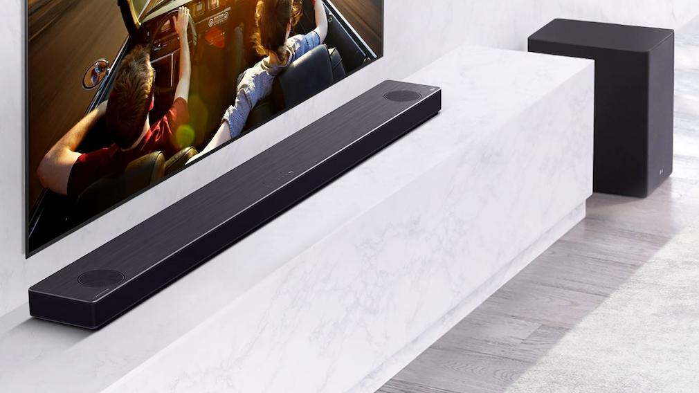 In der Soundbar sorgen zusätzliche, nach oben gerichtete Lautsprecher für einen räumlicheren Klangeindruck