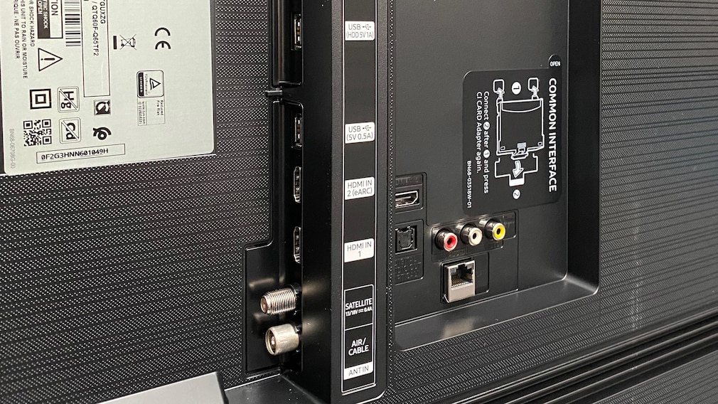 Der Samsung Q60T bietet mit drei HDMI-Eingängen und einem AV-Eingang genügend Anschlussmöglichkeiten für Zuspieler.