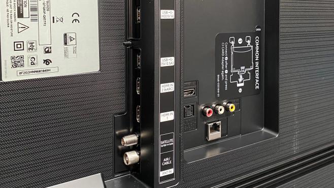 Der Samsung Q60T bietet mit drei HDMI-Eingängen und einem AV-Eingang genügend Anschlussmöglichkeiten für Zuspieler.©COMPUTER BILD