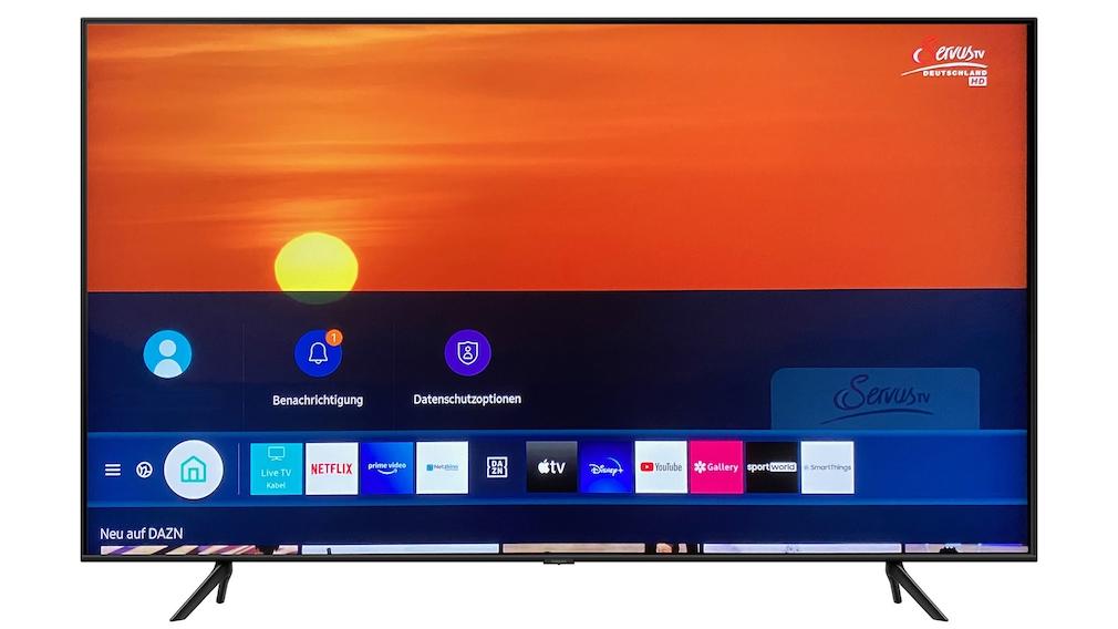 Ein Druck auf die Home-Taste der Fernbedienung vom Samsung Q60T blendet die Menüleiste mit installierten Apps ein.
