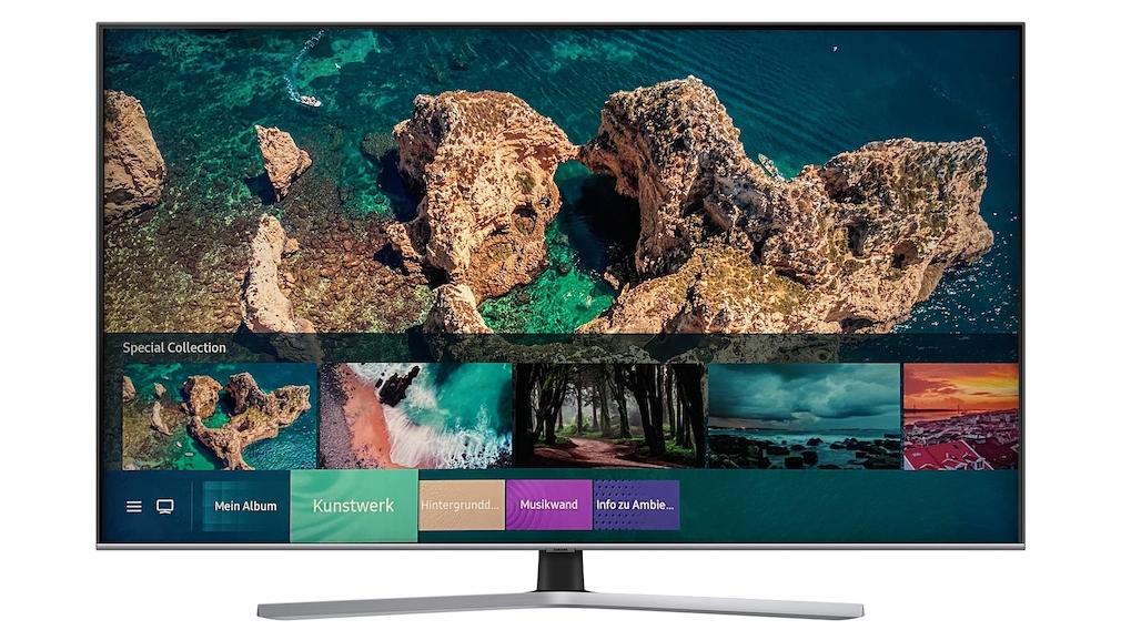 Samsung Q60T: Der günstigste QLED-Fernseher im Test Das Schwestermodell Q67T steht auf einem Zentralfuß, die mitgelieferte Fernbedienung hat ein Alu-Gehäuse. Die Technik ist identisch mit der des Q60T, inklusive Ambient-Mode für hübsche Pausen-Bilder.