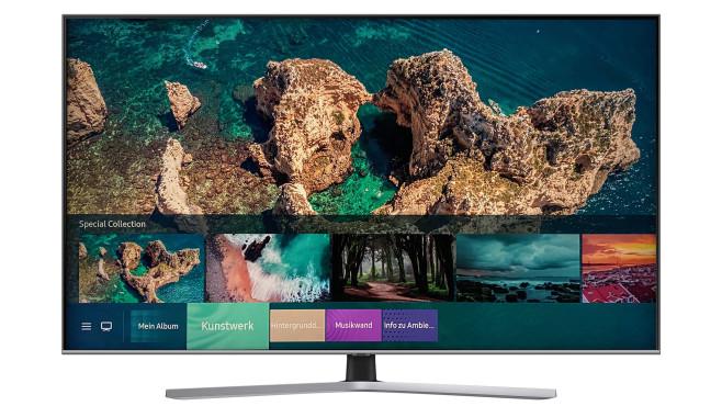 Samsung Q60T: Der günstigste QLED-Fernseher im Test Das Schwestermodell Q67T steht auf einem Zentralfuß, die mitgelieferte Fernbedienung hat ein Alu-Gehäuse. Die Technik ist identisch mit der des Q60T, inklusive Ambient-Mode für hübsche Pausen-Bilder.©Samsung