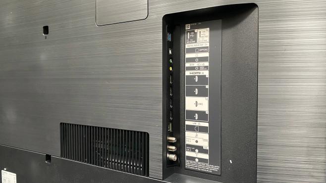 Sony XH90 im Test: Das ist der beste Fernseher für 1.000 Euro! Der Sony XH90 ist mit reichlich Anschlüssen gesegnet, darunter vier HDMI-Eingänge. Zudem sind die Empfangsteile für Kabel, Antenne und Satellit doppelt vorhanden.©COMPUTER BILD