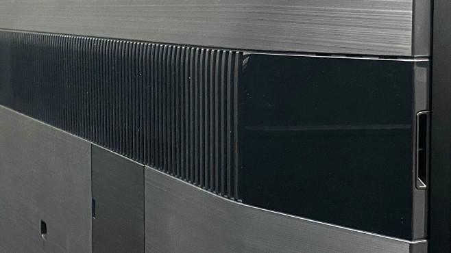 Sony XH90 im Test: Das ist der beste Fernseher für 1.000 Euro! Zusätzliche Lautsprecher seitlich im oberen Gehäusedrittel verhelfen dem Sony zu klarem und weiträumigem Klang.©COMPUTER BILD