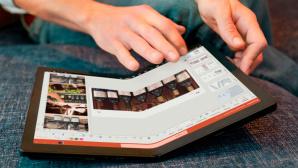 Hände tippen auf dem Lenovo ThinPad X1 Fold.©Lenovo