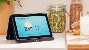 Amazon Fire HD 8 Plus steht in einem Ladedock in der Küche©Amazon