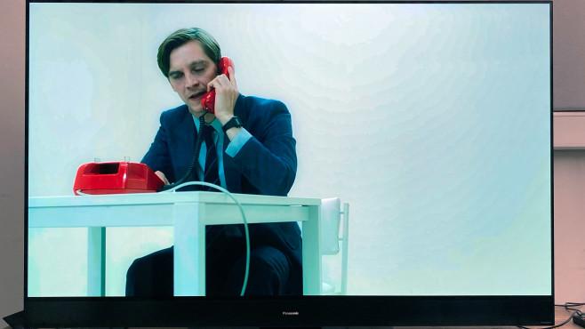 """Anfangszene aus """"Deutschland 89"""": Der Fire TV Stick zeigt die Wand mit unschönen Rändern (""""Banding""""),©COMPUTER BILD"""