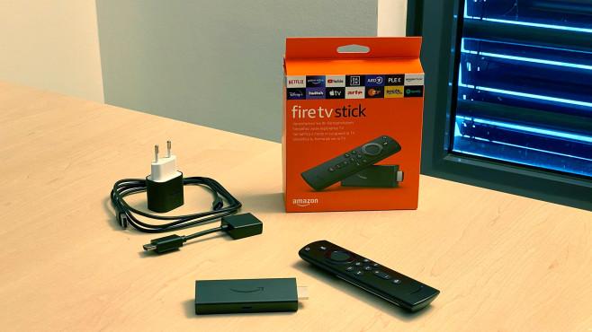 Der neue Amazon Fire TV Stick im Test: Das wär' doch nicht nötig gewesen! Alles dabei: Zum Lieferumfang vom neuen Amazon Fire TV Stick gehören außer der Fernbedienung (und Batterien) auch ein Netzteil samt USB-Kabel. Der Stick lässt sich aber auch über einen USB-Anschluss vom Fernseher versorgen.©COMPUTER BILD