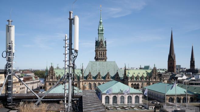 5G-Antenne in Hamburg mit Blick aufs Rathaus©Telefonica