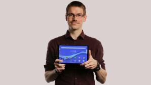 Redakteur h�lt das Lenovo Smart Tab M10 FHD Plus Gen 2.©COMPUTER BILD, Cornelius Braun