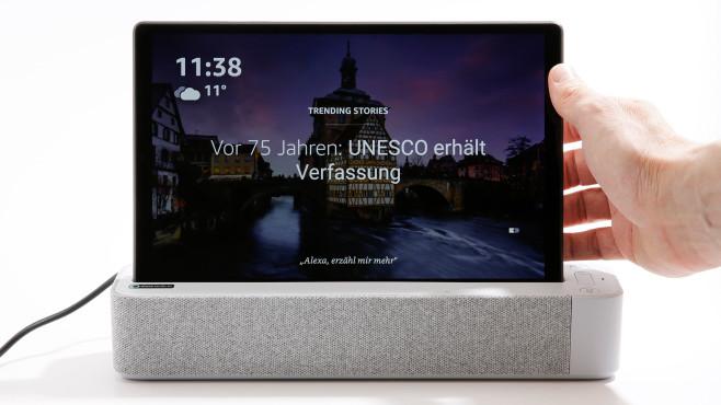 Lenovo Smart Tab M10 FHD Plus Gen 2 liegt vor dem Dock.©COMPUTER BILD, Cornelius Braun