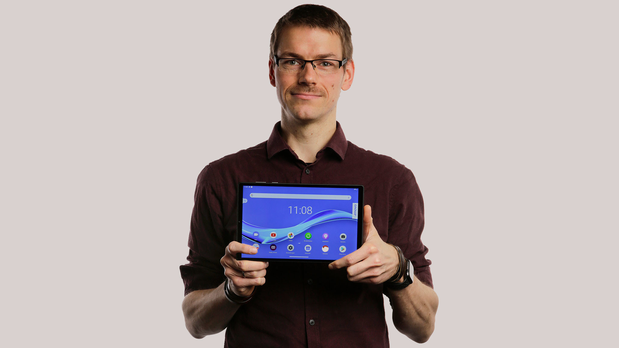 Redakteur hält das Lenovo Smart Tab M10 FHD Plus Gen 2.©COMPUTER BILD, Cornelius Braun