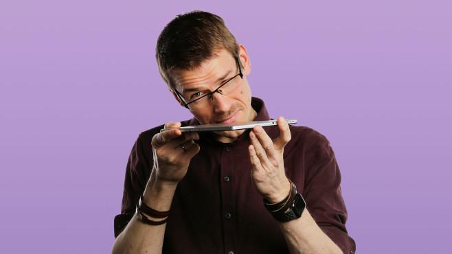 Redakteur untersucht das Lenovo Smart Tab M10 FHD Plus Gen 2©COMPUTER BILD, Cornelius Braun