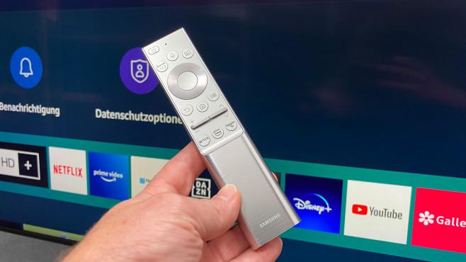 Die Fernbedienung vom Samsung Q800T liegt perfekt in der Hand und fühlt sich gut an.©COMPUTER BILD