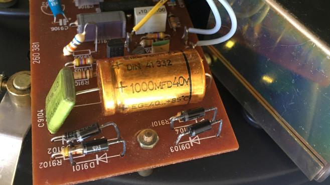 Defekter Kondensator eines Plattenspielers©COMPUTER BILD