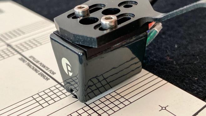 Tonabnehmer eines Plattenspielers wird mit Schablone justiert©COMPUTER BILD