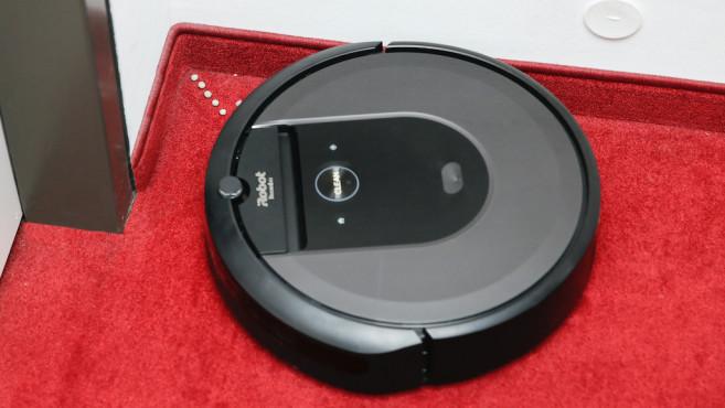 iRobot Roomba i7 fährt an Kante entlang©iRobot, COMPUTER BILD