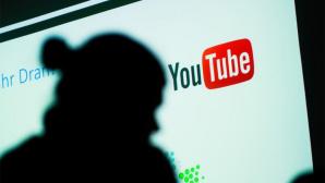 Person vor YouTube-Logo©dpa-Bildfiunk