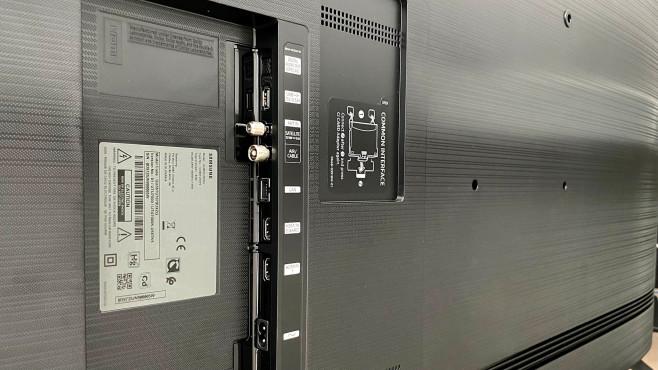 Der Samsung TU7079 bietet nur zwei HDMI-Eingänge und keinen analogen AV-Eingang sowie keinen Kopfhörerausgang.©COMPUTER BILD