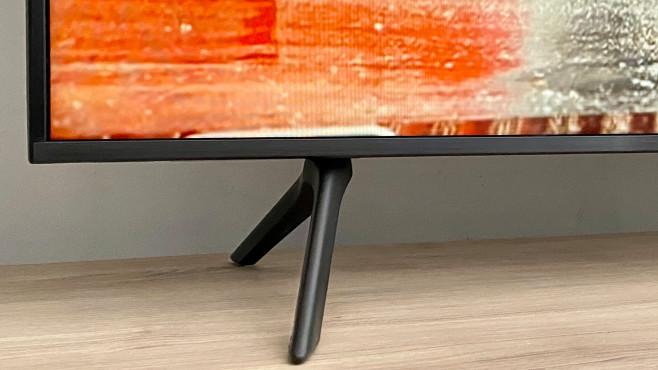 Die Füße vom Samsung TU7079 bieten mit 7 Zentimetern Höhe recht viel Platz für eine Soundbar.©COMPUTER BILD