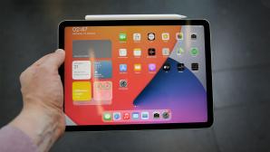 Hand h�lt das iPad Air (2020)©COMPUTER BILD