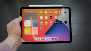 Hand hält das iPad Air (2020)©COMPUTER BILD