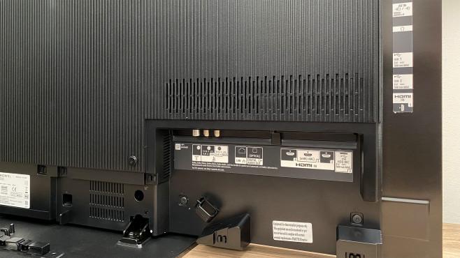 Das Anschlussfeld vom Sony A9 ist gut bestückt, auch Kopfhörer-Ausgang und analoger AV-Eingang sind vorhanden.©COMPUTER BILD