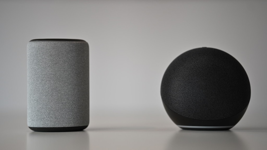 Amazon Echo 2020 neben Echo 2019