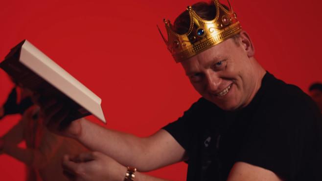 Szene aus dem Lied Bücher: Knossi hält Buch©Jens Knossi Knossalla, YouTube