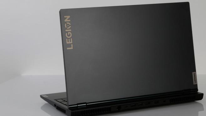 Rückseite des Lenovo Legion 5 vor grauem Hintergrund©COMPUTER BILD