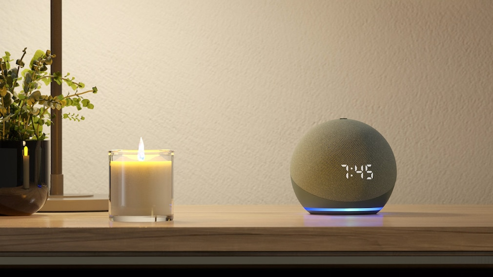 Amazon Echo Dot mit Uhr auf dem Tisch