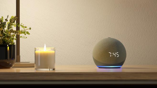 Amazon Echo Dot mit Uhr auf dem Tisch©Amazon