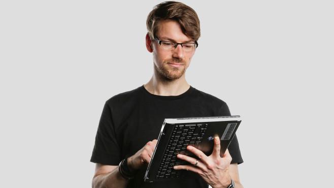 Redakteur hält das Acer Chromebook Spin 713 im Tablet-Modus.©COMPUTER BILD