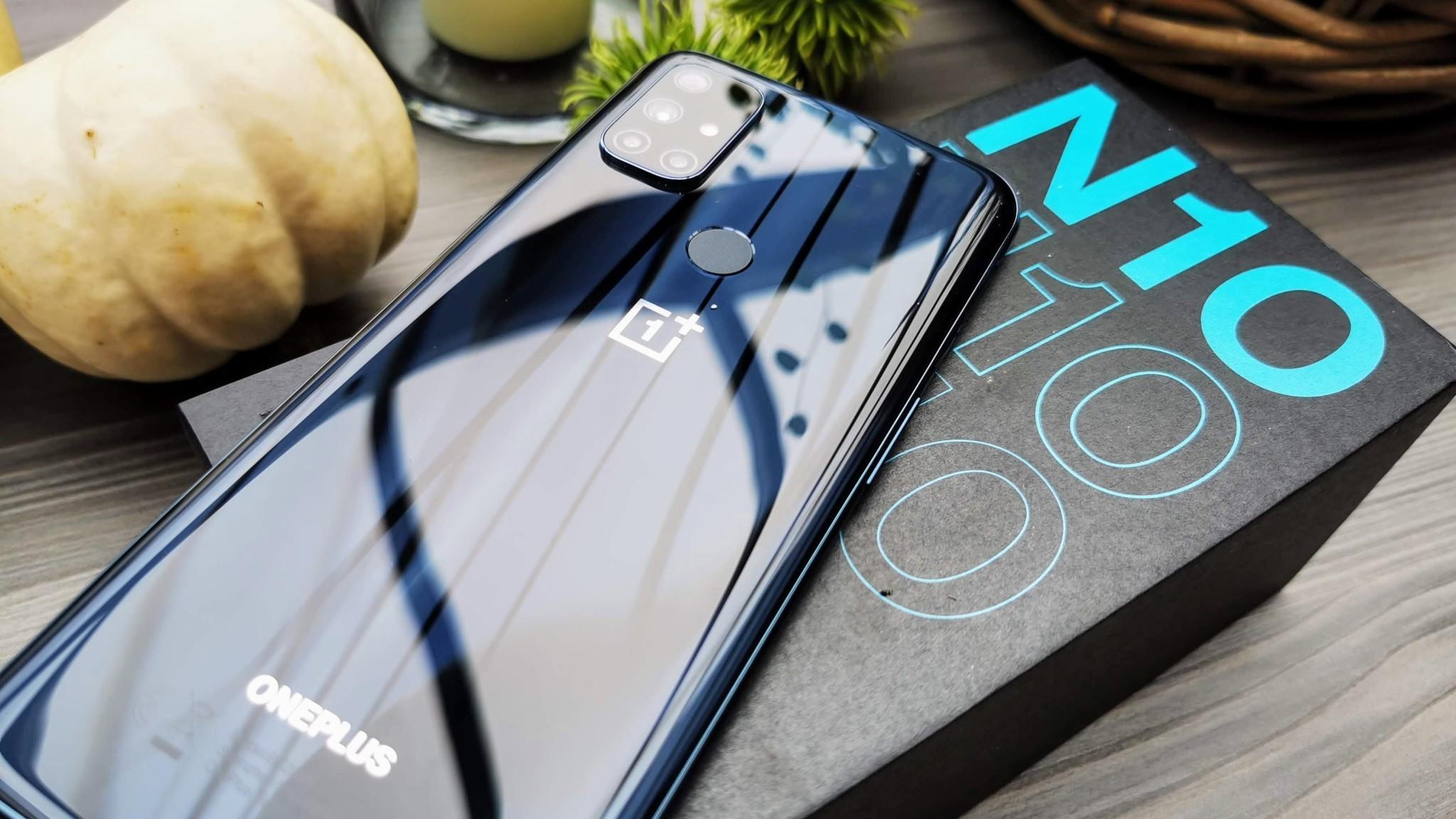 OnePlus Nord N10 5G von vorn und hinten©OnePlus