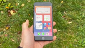 Hand h�lt ein iPhone 8 Plus.©COMPUTER BILD