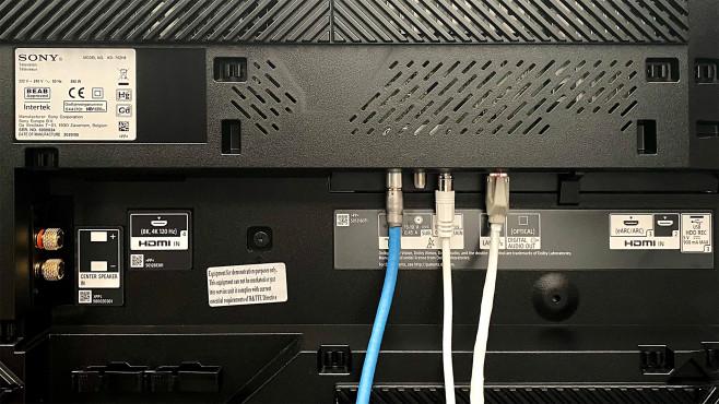 HDMI-Eingänge und Lautsprecherbuchse des Sony ZH8©COMPUTER BILD
