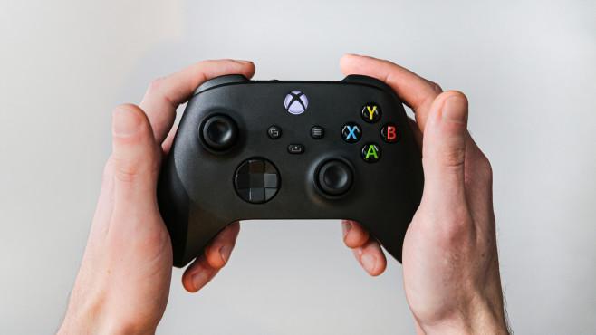 Hände halten den Controller der Xbox Series X.©COMPUTER BILD