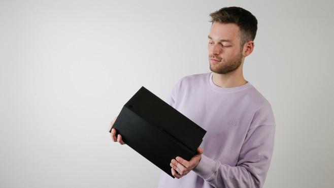 Redakteur hält die Xbox Series X vor grauem Hintergrund.©COMPUTER BILD